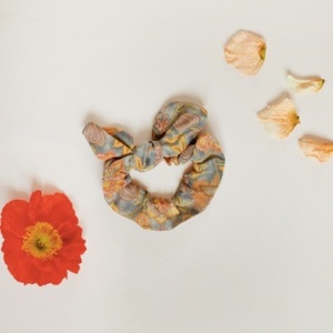 Louise Misha SS21_Scrunchie Kimmi Grey Caliafornia Flowers FOR WOMEN_루이스미샤 머리끈(성인용)